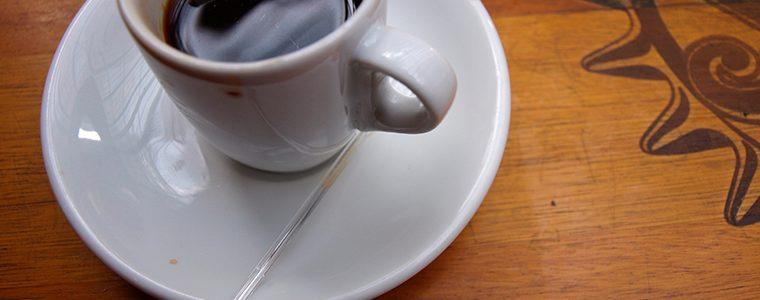 Beber mais café pode afastar a esclerose múltipla