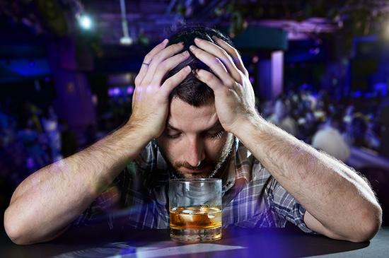 """Muitos usam a bebida alcóolica para """"desestressar"""", isso é certo ou é errado?"""
